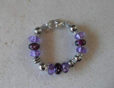 Bracelet prune, perles lampwork verre, métal, résine, strass et  fermoir mousqueton argenté.