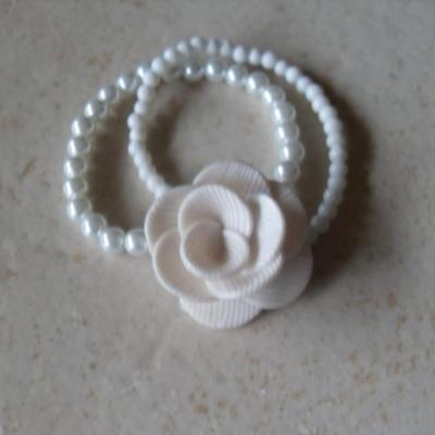 Bracelet 2 rangs de perles blanches et fleur ivoire.