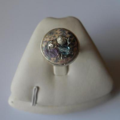 Bague ronde, bouton motifs et perles cristal swarovski.