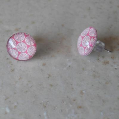Boucles d'oreilles rondes, cabochon de verre et motifs.