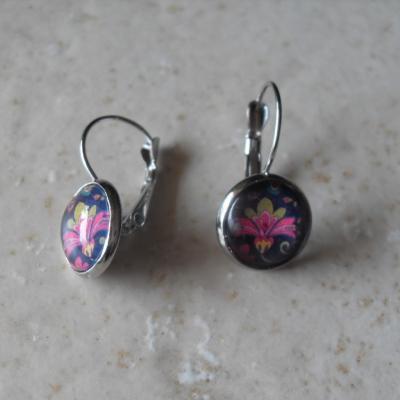 Boucles d'oreilles pendantes, cabochon de verre rond et motifs.