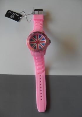 Montre ronde rose à aiguilles, drapeau angleterre, et bracelet silicone.