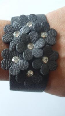 Bracelet gris simili cuir et ses fleurs grises-strass.