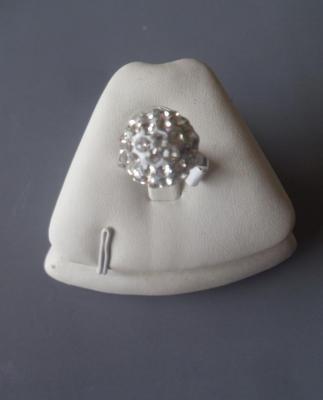 Bague boule strass blanc et métal argenté.