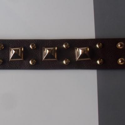 Bracelet marron simili cuir, clous et carrés en métal doré.