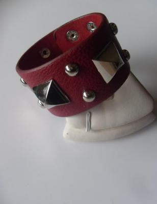 Bracelet bordeaux simili cuir, clous et carrés en métal argenté.