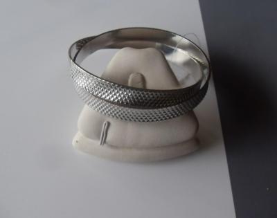 Bracelet large, multi-rangs, métal argenté ciselé.