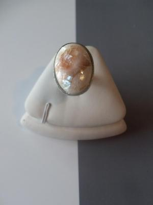 Bague ajustable ovale de nacre meringuée.