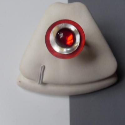 Bague ronde, boutons de nacre et strass rouge.