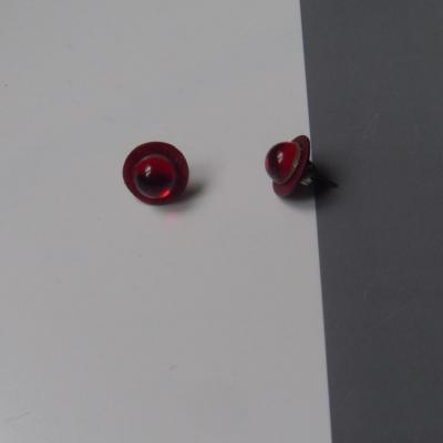 Boucles d'oreilles rondes, boutons de nacre et strass rouge.