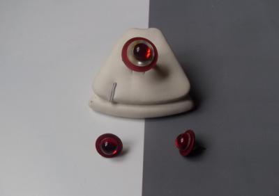 Parure ronde, boutons de nacre et strass rouge.