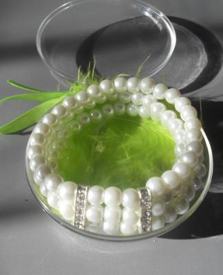 Bracelet 3 rangs de perles blanches et strass.