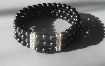 Bracelet 3 rangs de perles noires et strass.