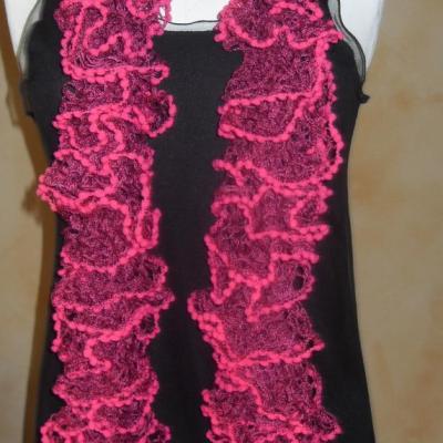 Echarpe frou-frou rose à volant et pompons, laine ruban.