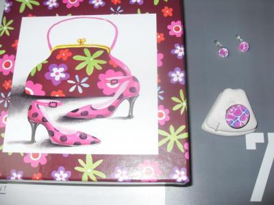 Coffret cadeaux marron-rose, son écharpe rose et ses bijoux.