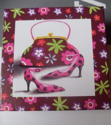 Boîte cadeaux style glamour, carrée, motifs mode et fleurs.