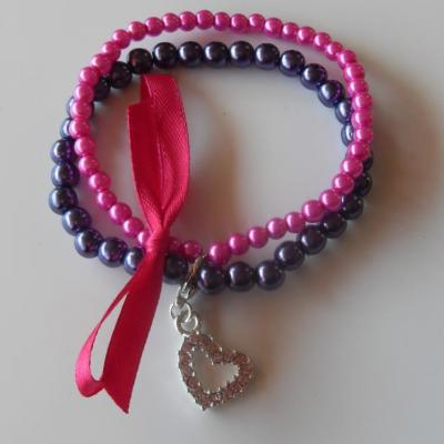 Bracelet perles rose fuschia et violet, ruban et son charm's coeur strass.