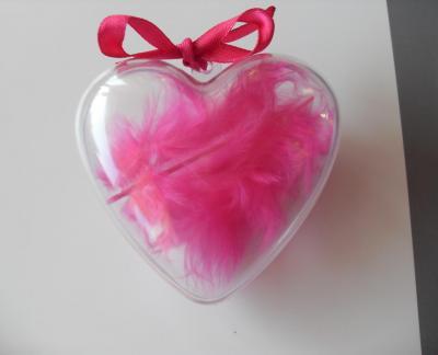 Boîte cadeau coeur, plume et ruban rose fuschia.
