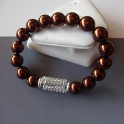 Bracelet marron perles et strass blanc.