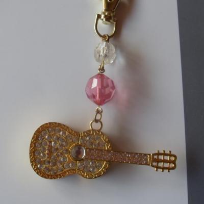 Porte-clefs, bijou de sac en perles et sa clé-usb guitare et strass.