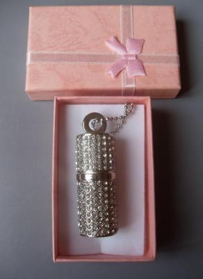 Collier clé usb 8 gb, tube rouge à lèvres argenté et strass.