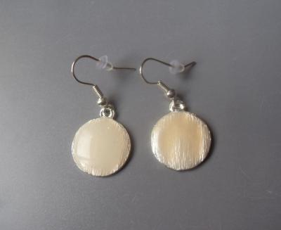 Boucles d'oreilles rondes émail blanc.