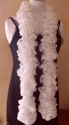 Maxi echarpe frou-frou blanche et fil argent à volant, laine ruban.