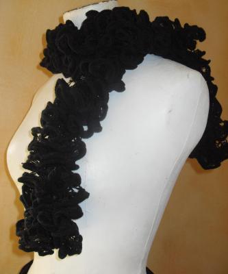 Echarpe frou-frou noire à volant, laine ruban.