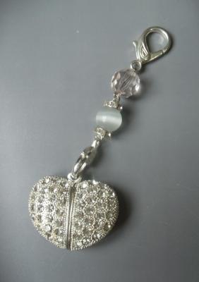 Collier chaîne argenté/ bijou de sac, coeur clé usb strass.