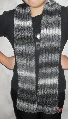 Echarpe maille anglaise, laine blanche, grise et noire.